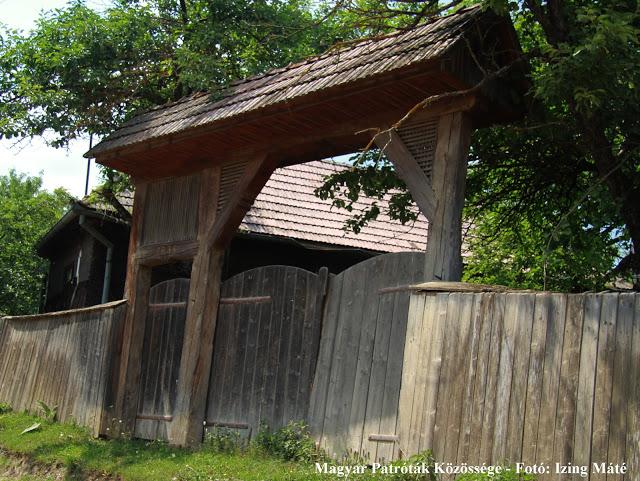 Csángó kapu Kosteleken
