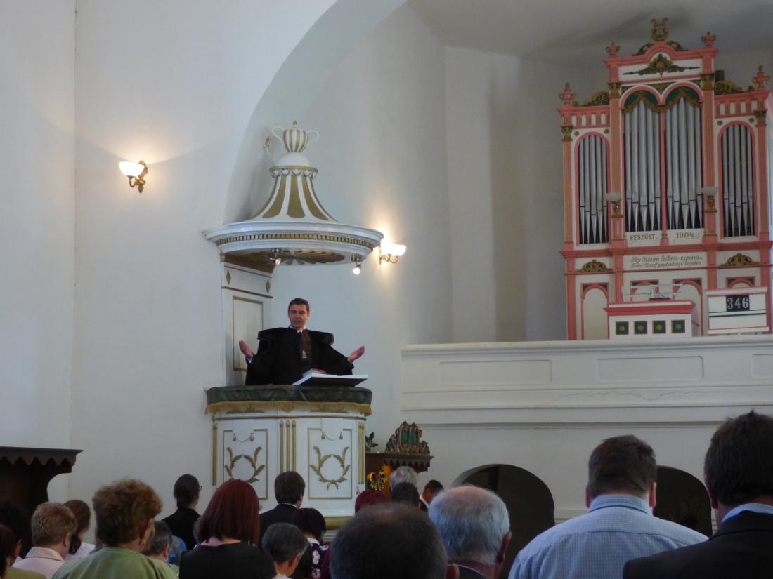Kovács Péter Zoltán lelkipásztor igét hirdet