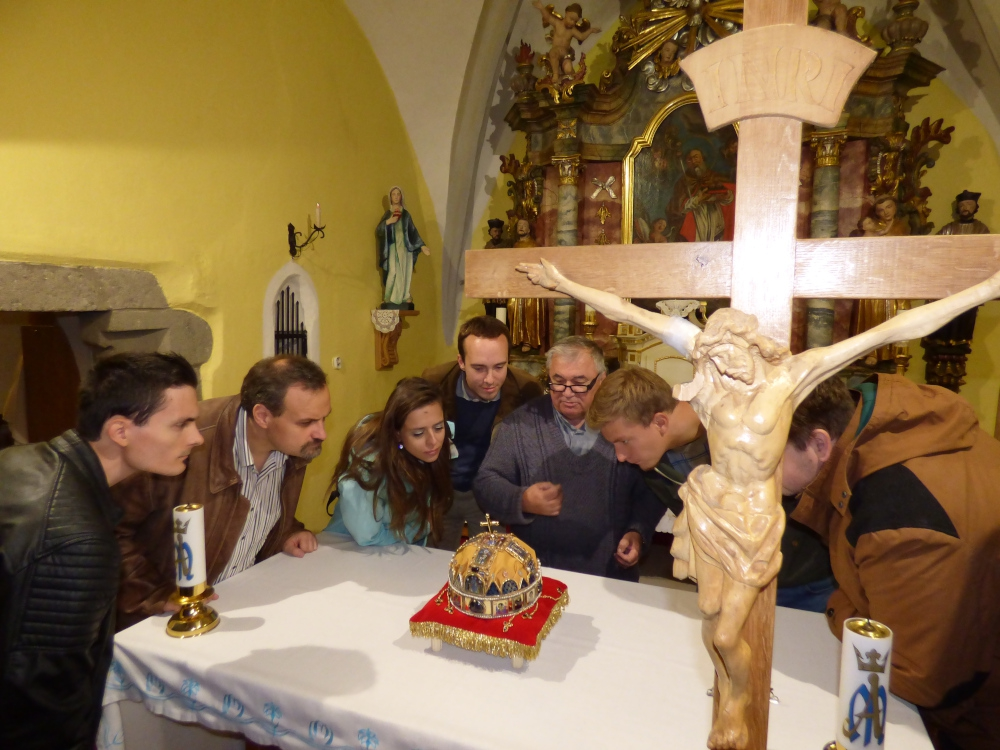 György Ferenc plébános (középen) megmutatja a Szent Korona másolatát a Patriótáknak Ipolybalogon