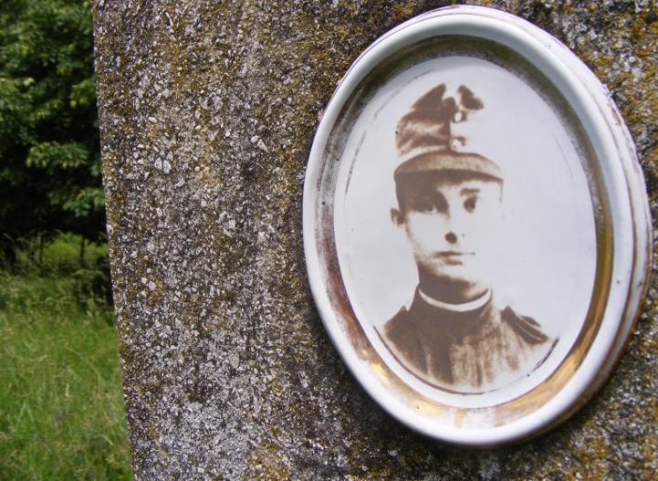 Első világháborús magyar katona elfeledett sírja Perőcsény temetőjében (Pest megye)