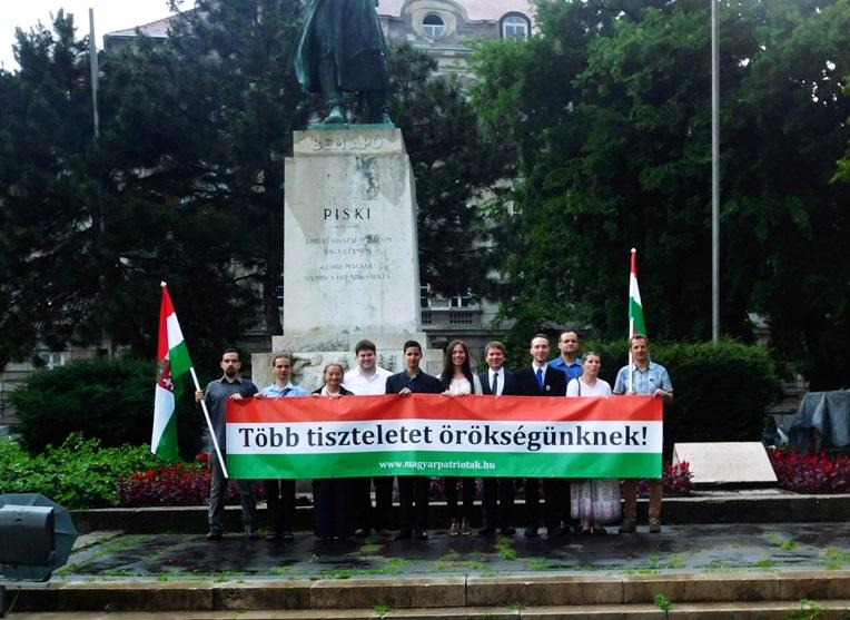 Az 1849-es piski csatának emléket állító Bem József-szobor előtt