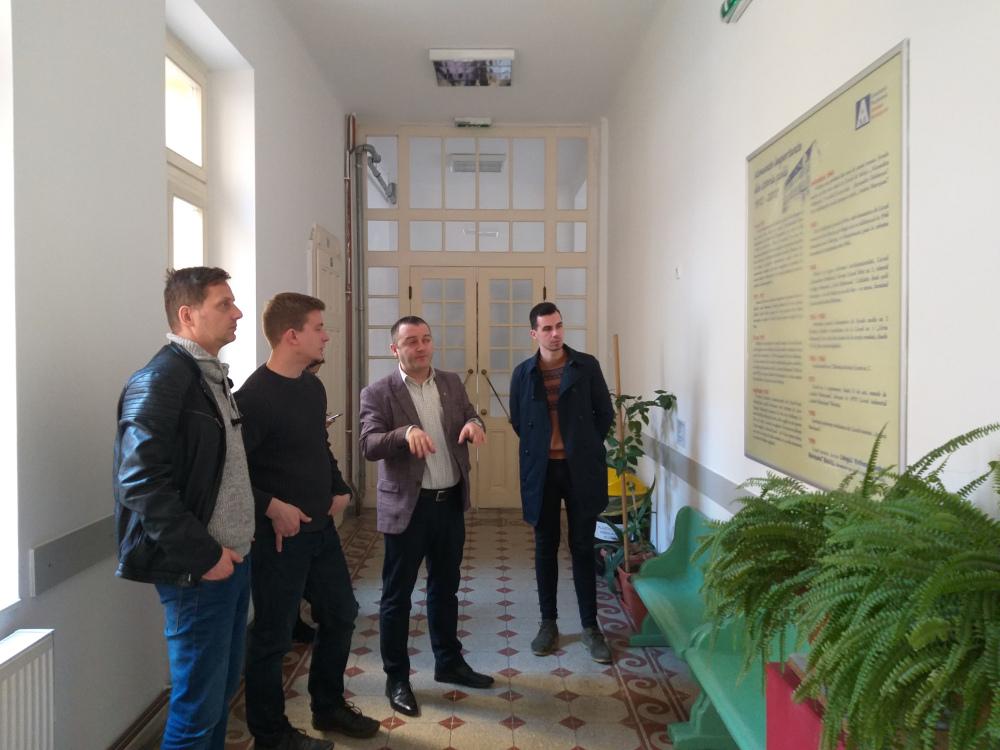 Antal Attila igazgatóhelyettes körbevezette csapatunkat az Andrei Mureşanu Líceumban
