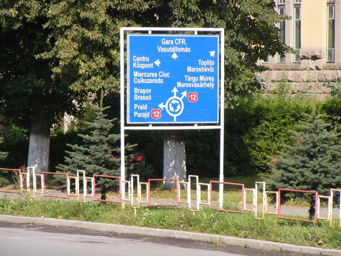 A város által kihelyezett kétnyelvű közlekedési tábla Gyergyószentmiklóson – legyen ez a szabvány a magyarlakta területeken!
