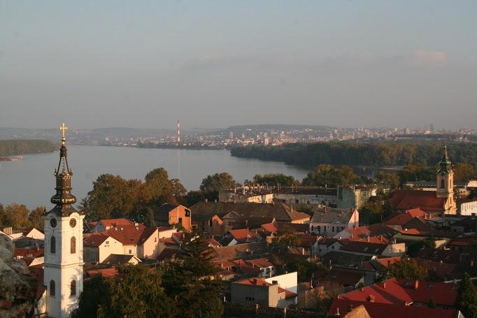 Zimony kellemes hangulatú határváros volt – háttérben Belgrád látszik