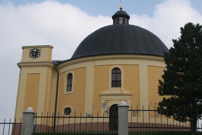 A Békekápolna – a négy égtáj felé négy ajtaja van, ami arra emlékeztet, hogy az aláíró birodalmak képviselői külön-külön ajtón érkeztek és távoztak.