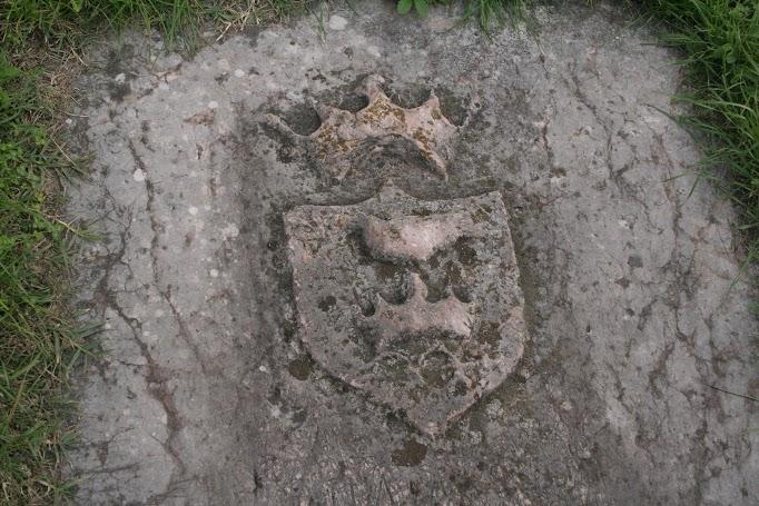 A velencei követ megkopott sírköve a kápolna kertjében. A béketárgyalások alatt meghalt, Karlócán temették el.