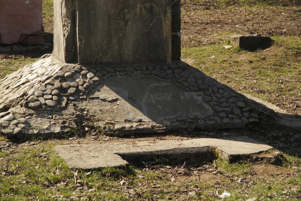 A megcsonkolt országzászlótartó talapzata Nagy-Magyarországgal és a felirattal