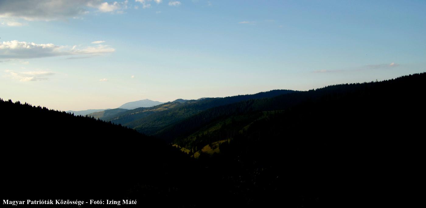 A Domuk-patak völgye az Ilia-tetőről – messze távolban a Csalhó