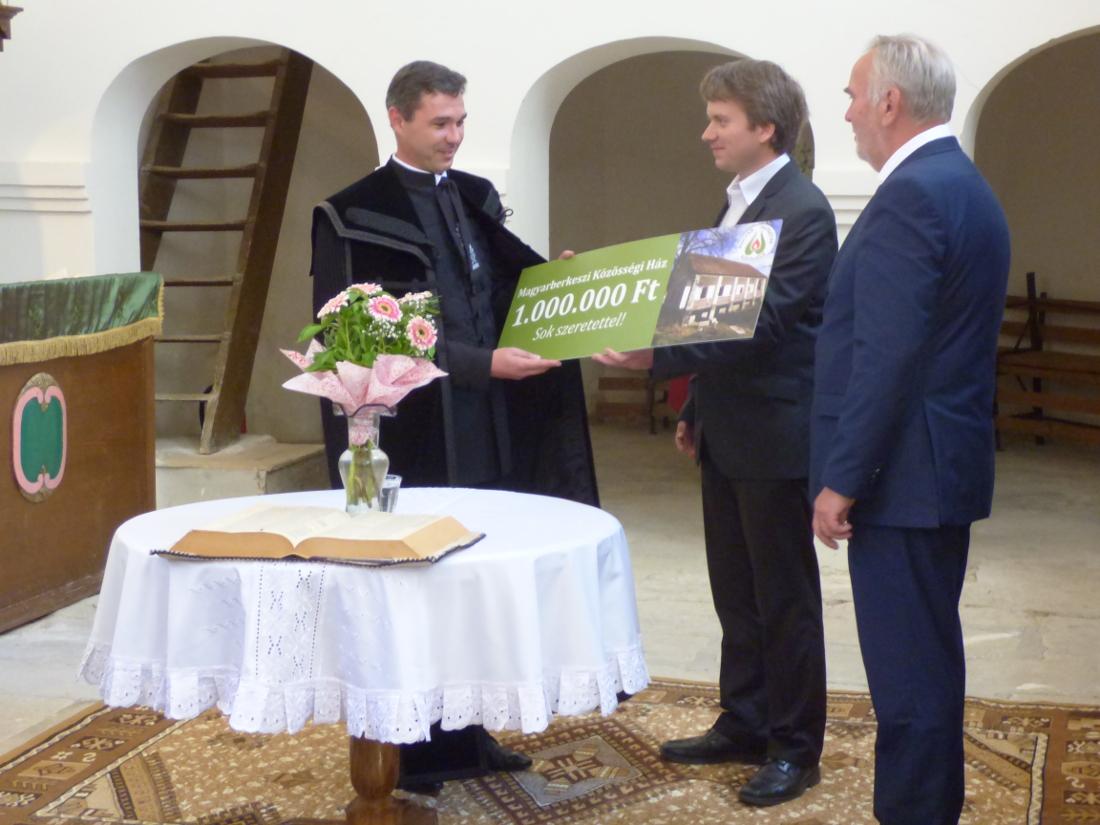 A Kővárvidéki Magyar Ház javára gyűjtött egymillió forintos adomány átadása