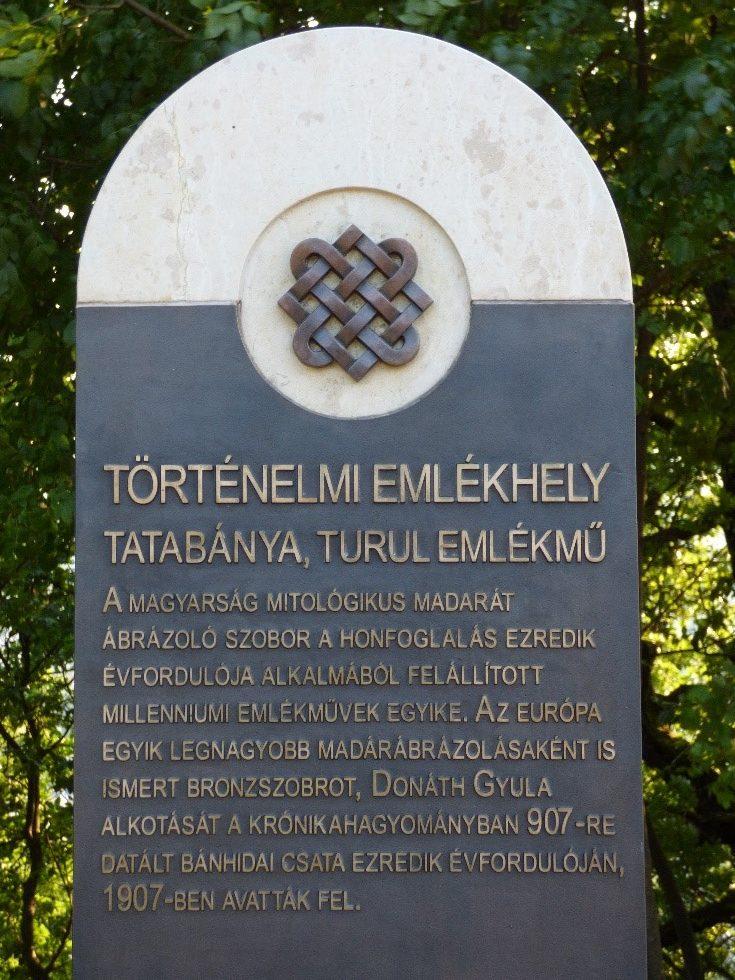 A Turul-emlékműnél elhelyezett sztélé ismerteti a hely múltját és jelentőségét