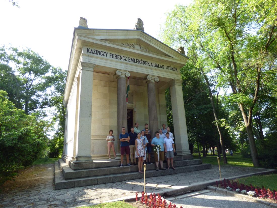 Koszorúzás a Kazinczy-mauzóleumnál, ami a Patrióták javaslatára lett történelmi emlékhely