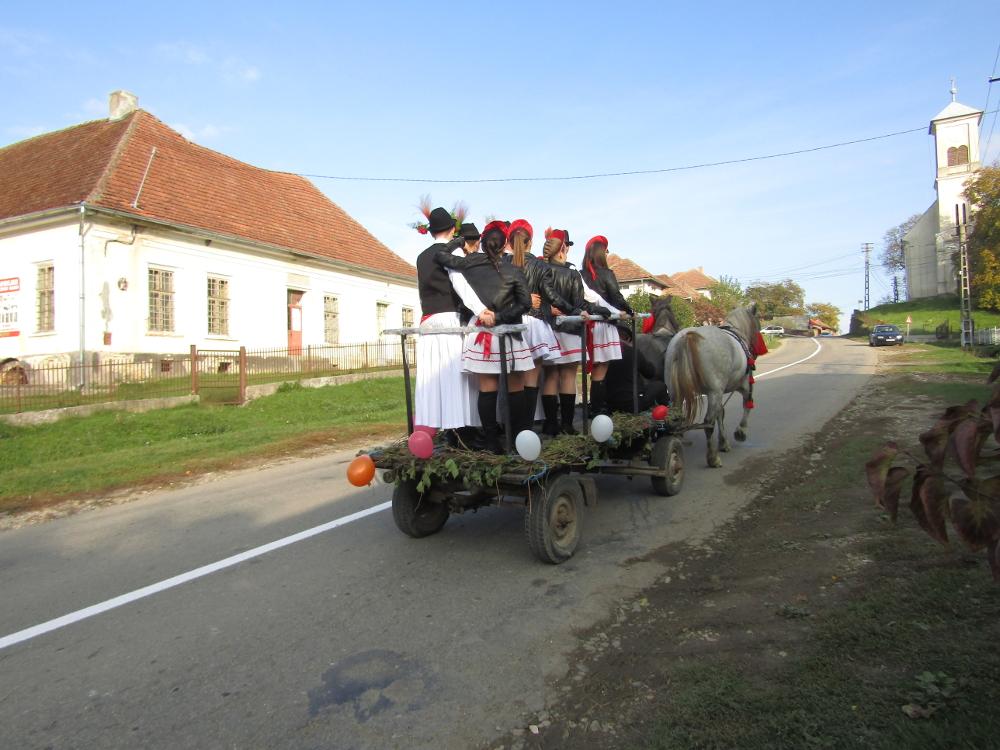 A csőszök lovasszekérrel járták a falut