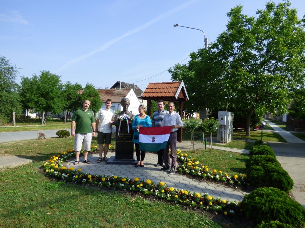Koszorúzás Szenn Péterrel Petőfi szobránál