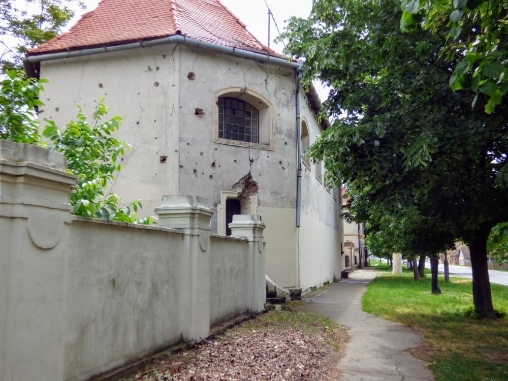 A kastélyhoz tartozó kápolna lövésnyomokkal