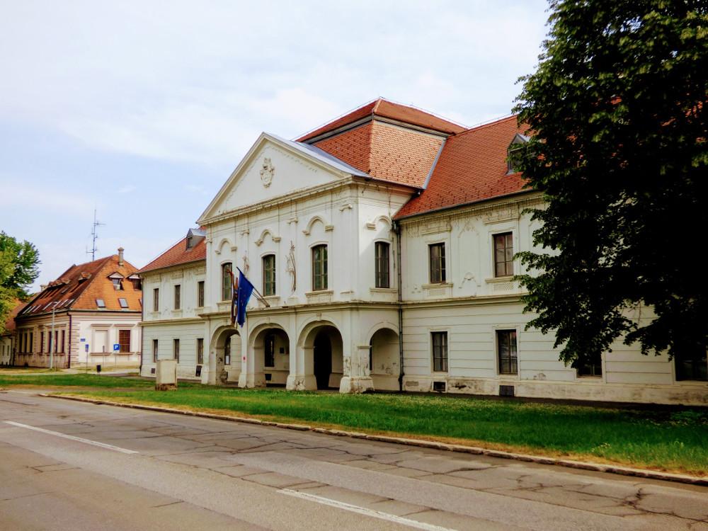 A vármegyeháza Valkóváron