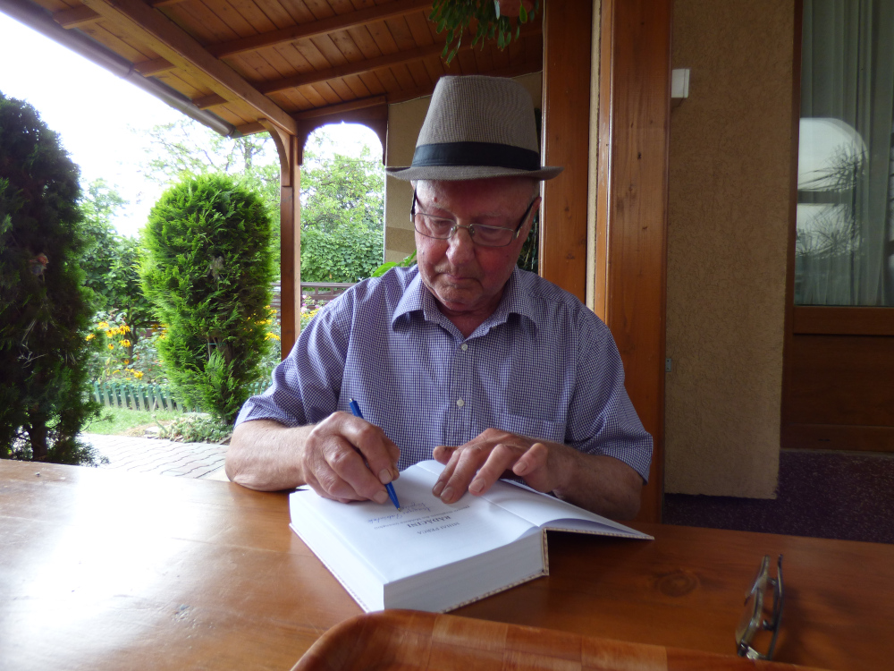 Perka Mihály dedikálja könyvét a Patriótáknak szabófalvi otthonában