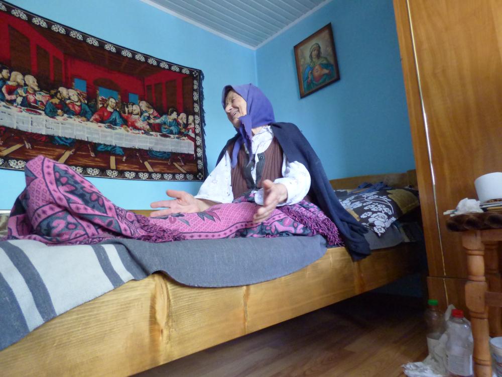 Az idős trunki csángó asszony felkészülten várja a halált