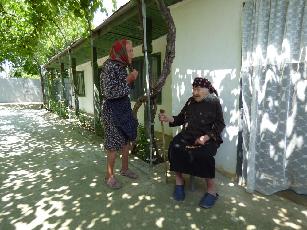 A százesztendős Borbála néni keresztlányával beszélget Ploszkucényben
