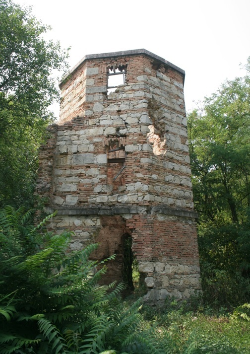 A csillagvizsgáló megmaradt tornya (2015 nyarán)