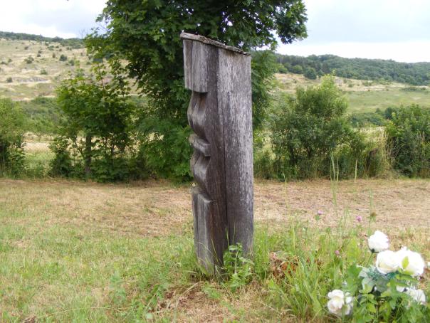 Fejfa az aggteleki temetőben – háttérben balra az Ördögszántás