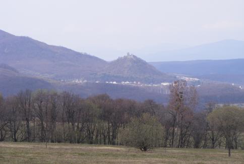Nagyszalánc madártávlatból – a messzi távolban a Sáros vármegyei hegyekkel