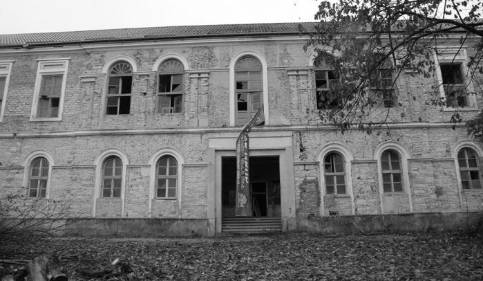 A hajdan patinás vármegyeháza elhanyagolt épülete