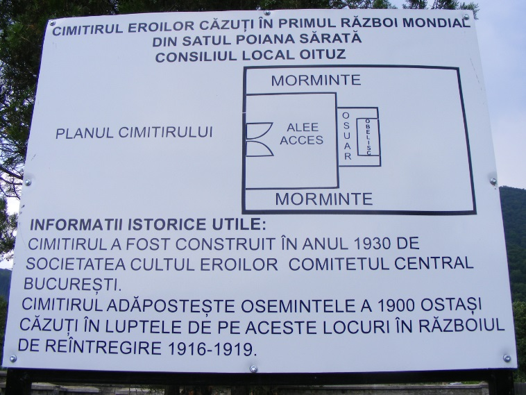 Valótlan információkat tartalmazó, a földben nyugvók valós kilétét elhallgató tájékoztató tábla a temető bejáratánál