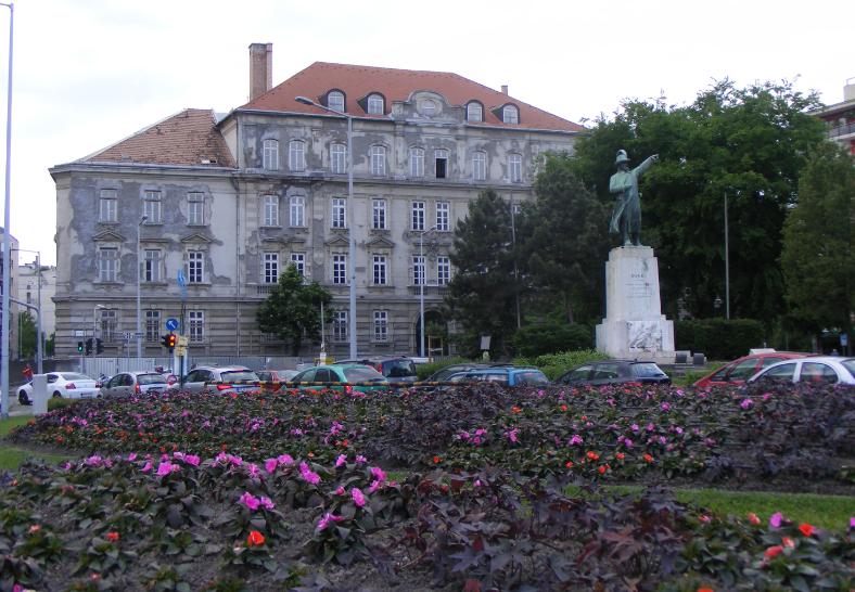 A tér jelképe az 1934-ben Istók János által készített Bem József-szobor, amely az 1849-es győztes piski csatának állít emléket – háttérben a laktanya