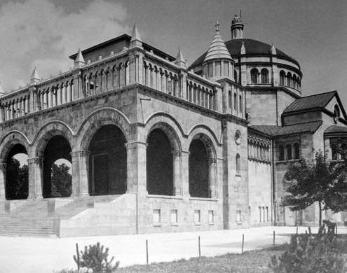 A Regnum Marianum-templom a félkész toronnyal