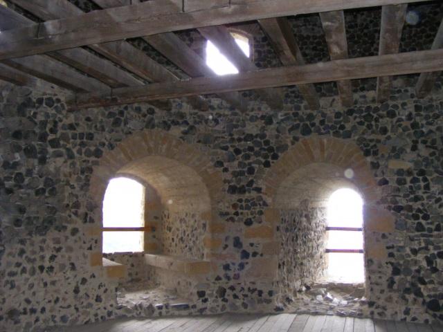 Helyreállított belső tér a nyugati nagy ágyútoronyban