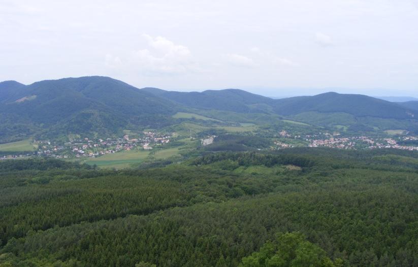 A visszacsatolt Somoskő látképe a Salgóvárból – balra a magas hegy a Karancs (727 méter)